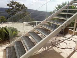 מעקות זכוכית למדרגות למרפסות