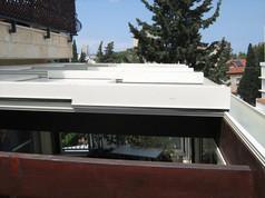 מבט מלמעלה על גגות ההזזה החשמליים
