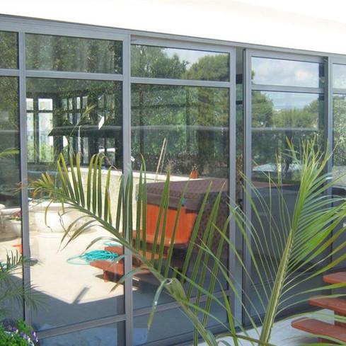 חדר שמש הפונה לגינה בבית פרטי