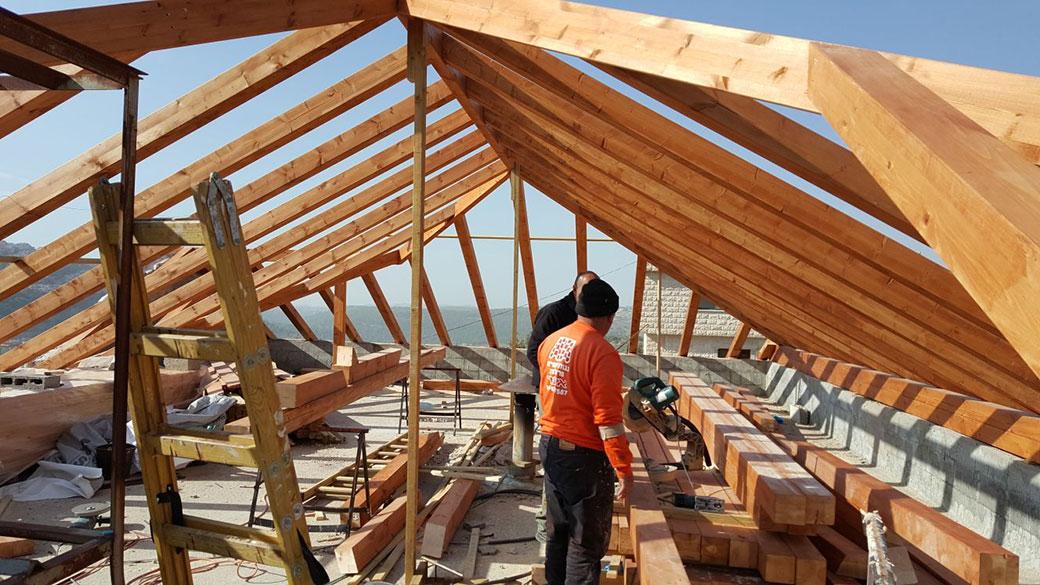 שיפוץ של גג רעפים לבית פרטי