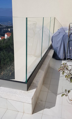 מעקה זכוכית שקוף