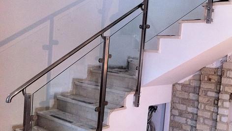 מעקה נירוסטה וזכוכית לגרם מדרגות
