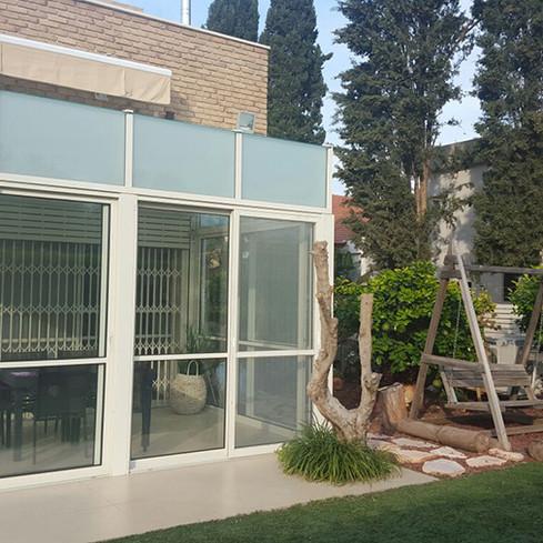 תוספת חדר שמש בבנייה קלה לבית פרטי