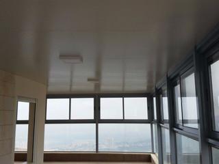 מבט פנימי על גג מבודד מפנל אלומיניום