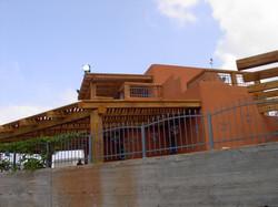 פרגולת עץ מעוצבת למרפסת