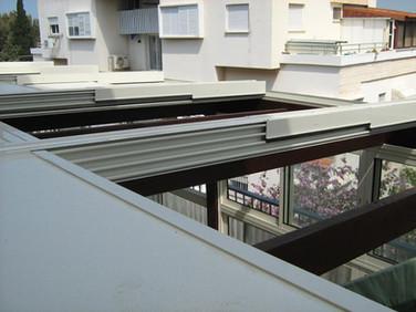 מסילות ההנעה של גג ההזזה