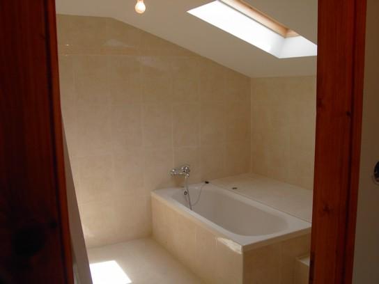 חדר אמבטיה עם חלון שמש