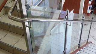 מעקה נירוסטה וזכוכית לחדר מדרגות