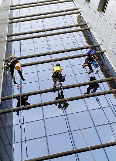 ניקוי חלונות בגובה - עידן עבודות גובה