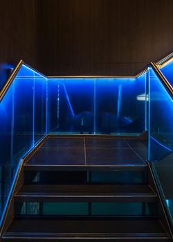מעקות זכוכית למדרגות עם תאורה