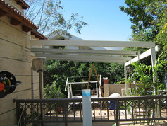גג פתיחה חשמלי לפרגולה בגינה