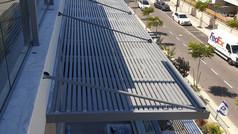 פרגולת אלומיניום תלויה  למרפסת שמש