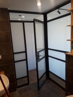 דלתות אלומיניום בלגיות בחדר רחצה