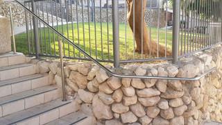 מאחז יד נירוסטה בשטח ציבורי