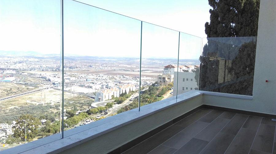 מעקה זכוכית למרפסת בדירה
