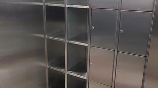 ארון נירוסטה עם תאי אחסון נפרדים
