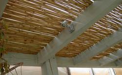 בניית פרגולה מעץ גושני וחיפוי במבוק