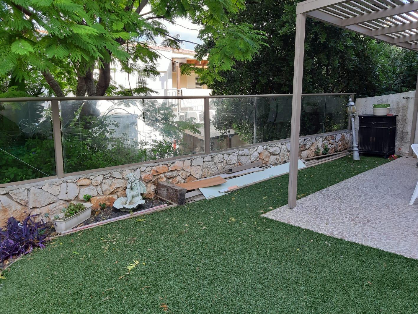 גדר אלומיניום וזכוכית