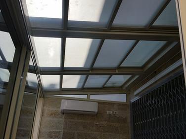גג הזזה חשמלי עם חיפוי זכוכית למרפסת שמש