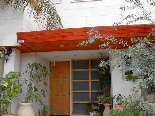 מפתן בית עם גג רעפים