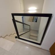 מעקה זכוכית למדרגות עם מסגרת אלומיניום שחורה