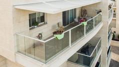 פרגולת אלומיניום לבנה למרפסת שמש