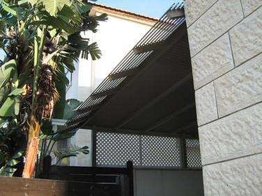 פרגולת אלומיניום לכניסה לבית