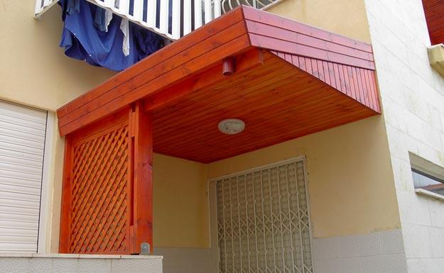 בניית גג רעפים להגנה על מפתן הבית