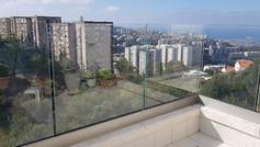 מעקה זכוכית למרפסת גג
