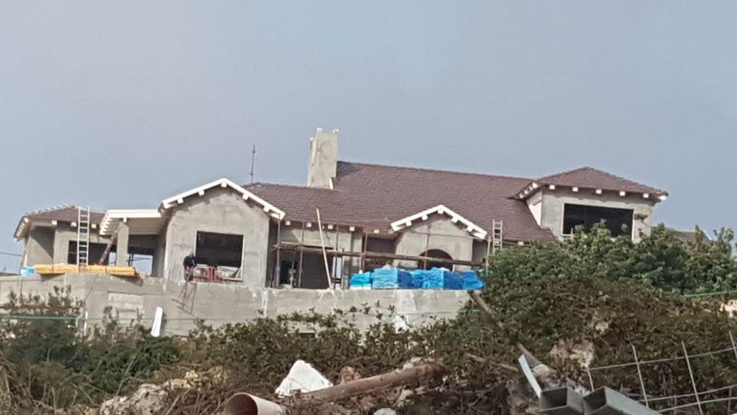 גג רעפים משופע בבית פרטי