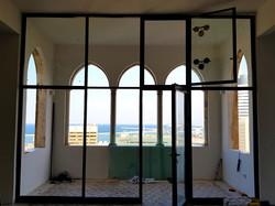 ויטרינת אלומיניום יציאה למרפסת
