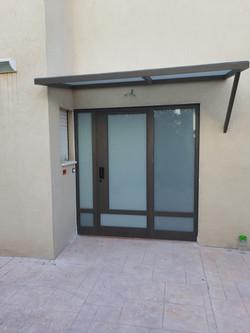 דלת אלומיניום עם זכוכית אטומה