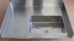 כיור עם משטח בעל גב מוגבה מתאים למעבדות