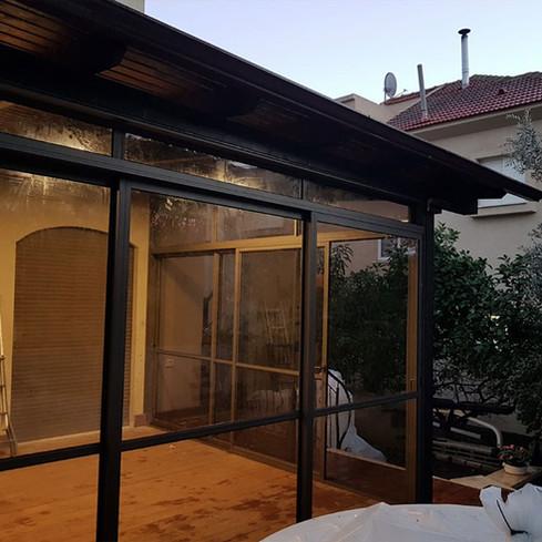 סגירת מרפסת מאלומיניום וזכוכית
