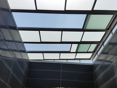 גגות הזזה חשמליים עם חיפויי זכוכית בגוונים שונים