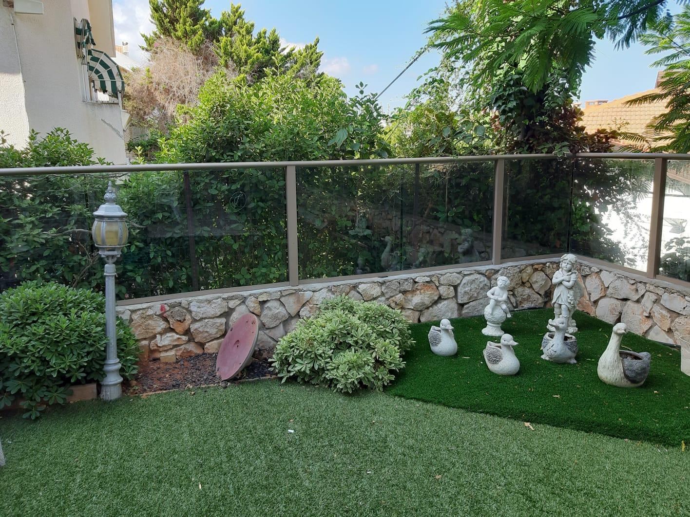 גדר אלומיניום וזכוכית לגינה