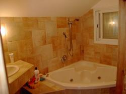 חדר אמבטיה עם ג'קוזי בבנייה קלה