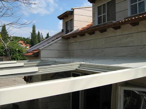 מבט צד על גג הזזה חשמלי