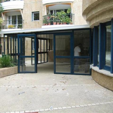 דלתות אלומיניום משולבות זכוכית לבית קפה