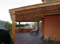 פרגולה מעוצבת למבנה ציבורי