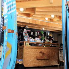 גלריה עץ + דלפק מכירה מעץ