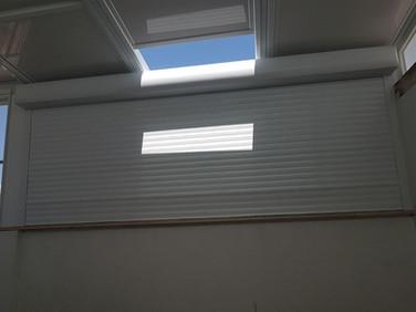 גג הזזה משולב עם תריס גלילה אור