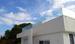 מעקה זכוכית בעליית הגג