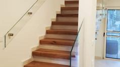 מעקה זכוכית לגרם מדרגות פנימי