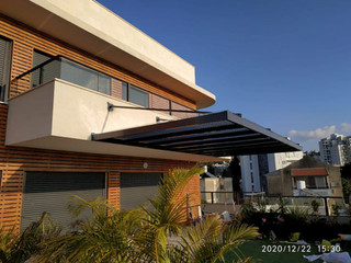 פרגולת אלומניום תלויה למרפסת שמש