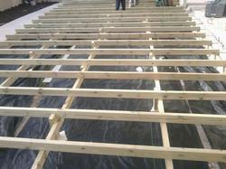 במהלך בניית דק למרפסת
