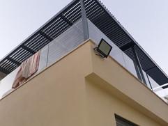 ביצוע פרגולה חשמלית למרפסת גג