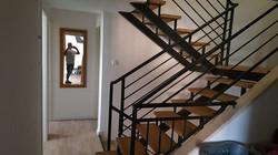 ייצור והתקנת מדרגות עץ משולבות מתכת