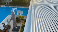 פרגולה חשמלית לבנה לבית פרטי