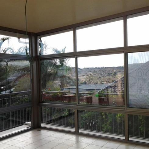 חדר שמש עם חלונות הזזה